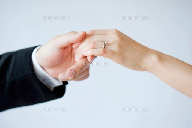 指輪をはめた女性の手をとる男性の手11069001333の写真素材イラスト