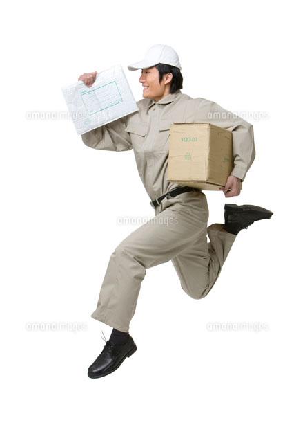 荷物を運ぶ配送業者[11069003039...