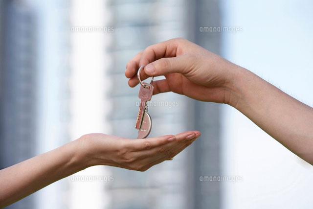 女性に鍵を渡す男性の手[11069005583]の写真素材・イラスト素材 ...