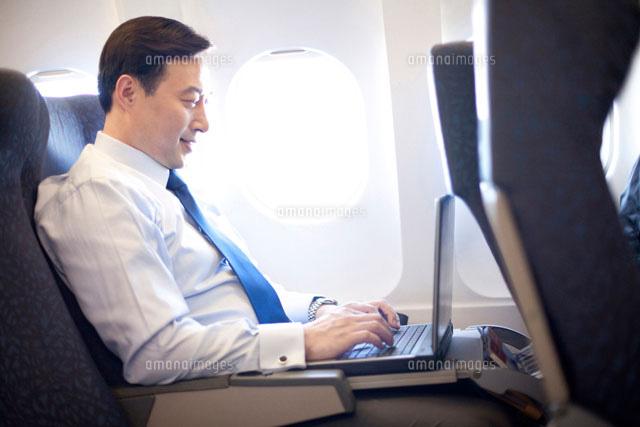 機内で仕事をするビジネスマン[11069006100]の写真素材・イラスト素材 ...