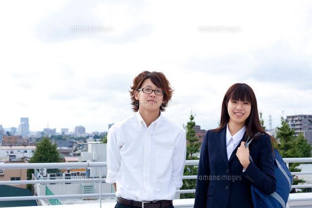 屋上の学生カップル11070004685の写真素材イラスト素材アマナ