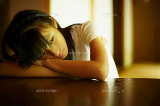 机に伏せる女の子11070007191の写真素材イラスト素材アマナイメージズ