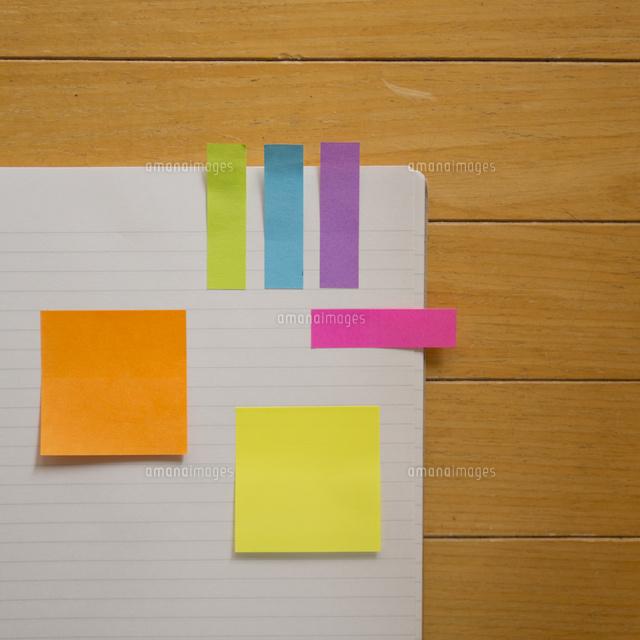 付箋を貼ったノート11070010944の写真素材イラスト素材アマナ