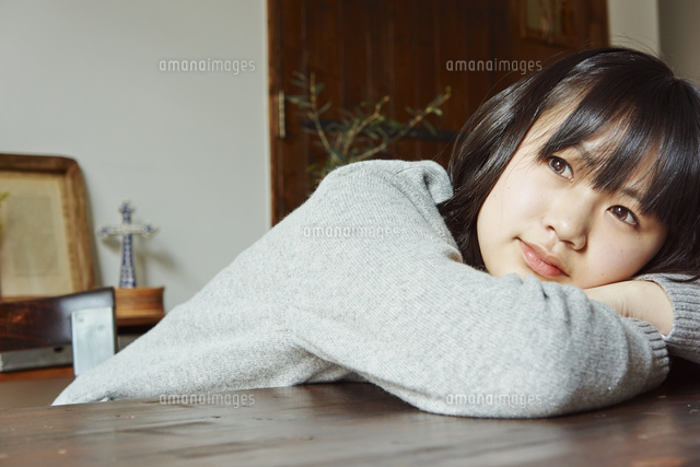 机に伏せる女子学生11070017319の写真素材イラスト素材アマナ