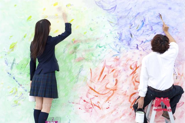 絵を描く学生カップル11070024120の写真素材イラスト素材アマナ