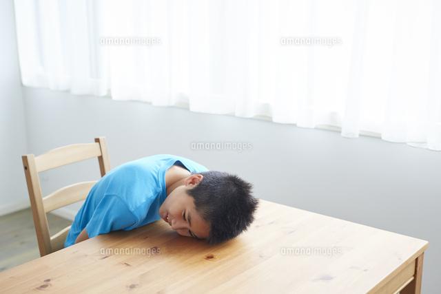 机に伏せる男の子11070036894の写真素材イラスト素材アマナイメージズ