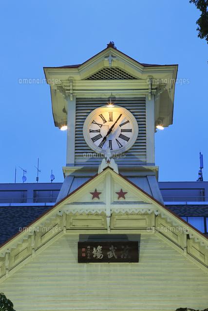 札幌時計台のライトアップ11076030432の写真素材イラスト素材