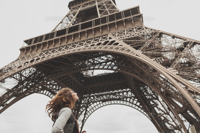 作品番号:11115000544  作品タイトル:Low Angle View Of Woman Standing In Front Of Eiffel Tower