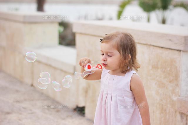 作品番号:11115001879  作品タイトル:Girl Blowing Bubble From Wand