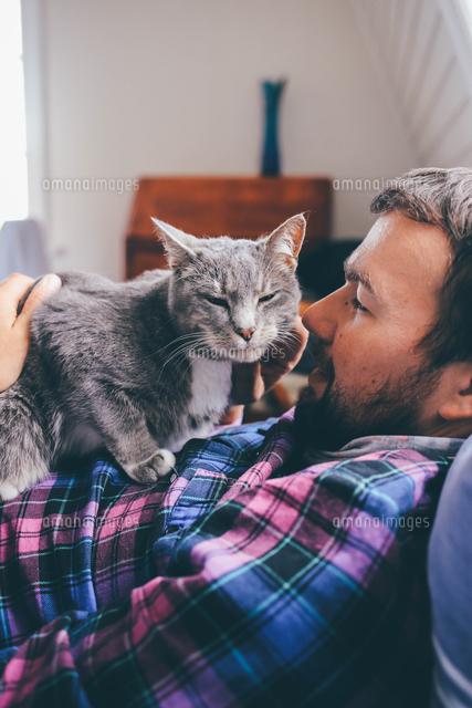 作品番号:11115004549  作品タイトル:Man Relaxing With Cat At Home