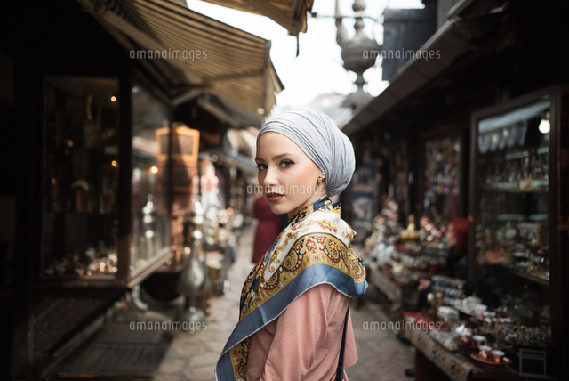 作品番号:11115009657  作品タイトル:Woman Standing Amongst Market Stalls