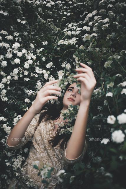 作品番号:11115011038  作品タイトル:Woman Lying Among Flowers