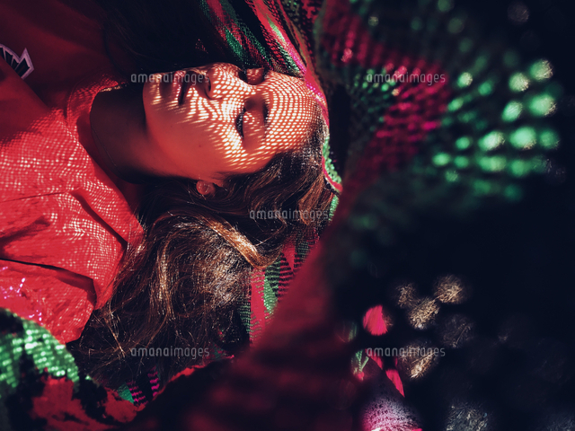 作品番号:11115015205  作品タイトル:High Angle View Of Young Woman Lying On Hammock