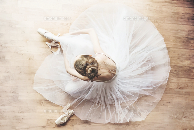 作品番号:11115017487  作品タイトル:High Angle View Of Ballerina Sitting On Hardwood Floor
