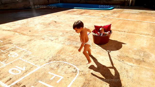 作品番号:11115025747  作品タイトル:High Angle View Of Shirtless Baby Boy Pulling Brother Sleeping In Bucket