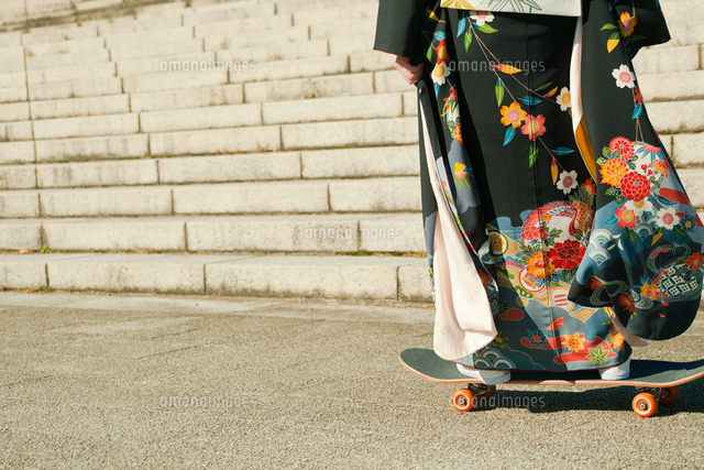 作品番号:11115050188  作品タイトル:Low Section Of Woman Skateboarding In Traditional Clothing