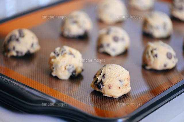 Close Up Of Chocolate Chip Cookies On Tray の写真素材 イラスト素材 アマナイメージズ