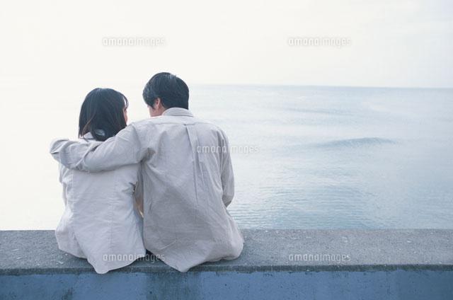 寄り添う日本人のカップルの後ろ姿 21007000210 の写真素材 イラスト素材 アマナイメージズ