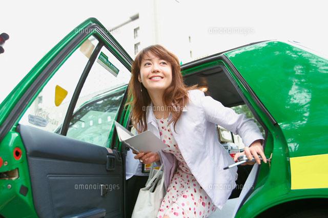 タクシーを降りる女性[299360000...