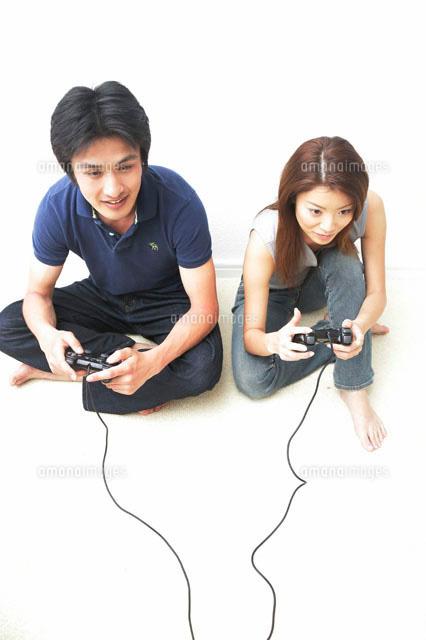 テレビゲームをするカップル29955000022の写真素材イラスト素材