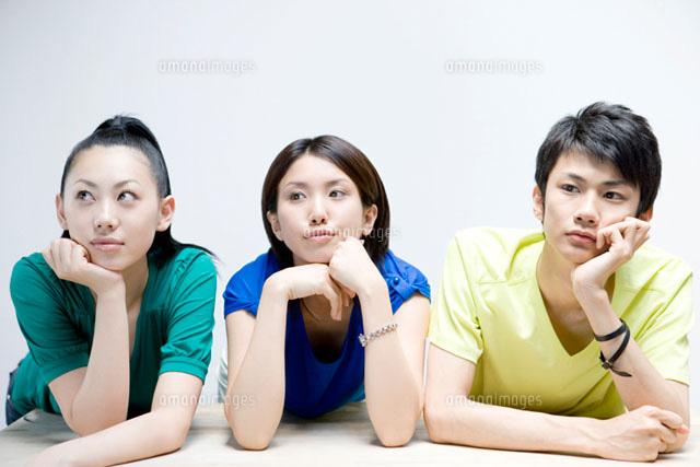 頬杖をつく若者グループ29976000272の写真素材イラスト素材アマナ