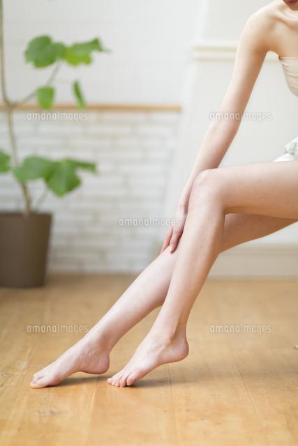 脚のふくらはぎをマッサージをする女性の手元33000001746の写真素材