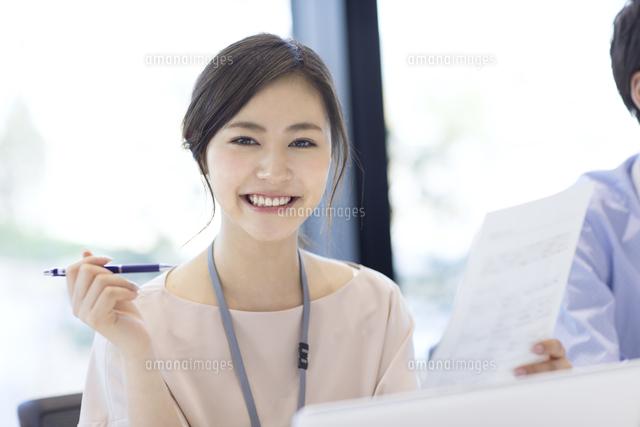カメラ目線で笑顔のビジネス女性33000004797の写真素材イラスト素材