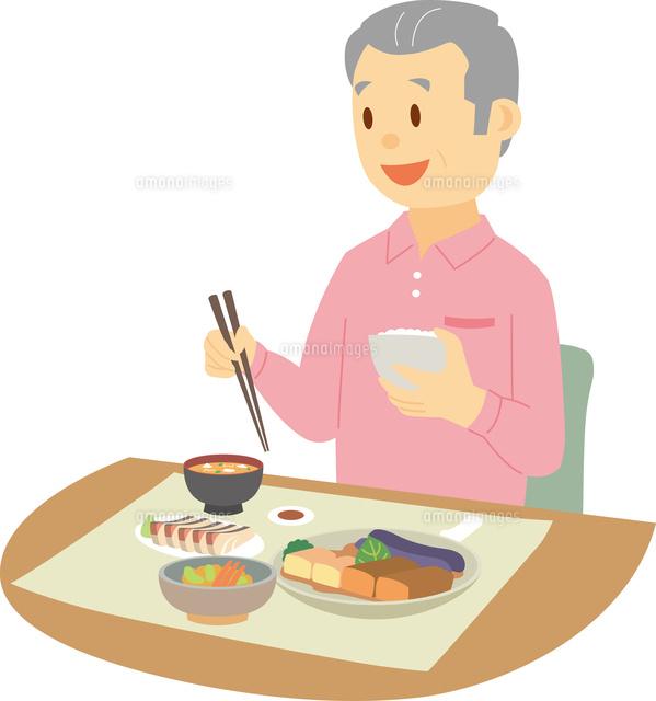 一人で楽しく食事をするシニア男性 の写真素材 イラスト素材 アマナイメージズ