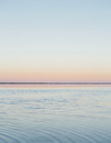 The view to the clear line of the horizon where land meets sky, across the flooded surface of Bonneville Salt Flats. Dawn light, 11093007459| 写真素材・ストックフォト・画像・イラスト素材|アマナイメージズ