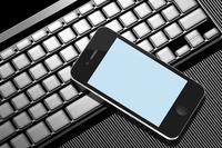 スマートフォンとノートパソコン 10131012102| 写真素材・ストックフォト・画像・イラスト素材|アマナイメージズ
