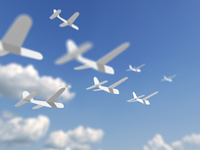 飛ぶ紙飛行機 10143004397| 写真素材・ストックフォト・画像・イラスト素材|アマナイメージズ