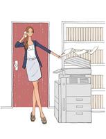 オフィスでコピーを取りながらスマートフォンで話す女性 10402000306  写真素材・ストックフォト・画像・イラスト素材 アマナイメージズ