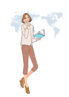グローバルな仕事をする、電話で話す女性社員 10402000350  写真素材・ストックフォト・画像・イラスト素材 アマナイメージズ