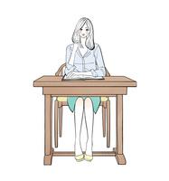 机に座り勉強する女性 10402000376| 写真素材・ストックフォト・画像・イラスト素材|アマナイメージズ