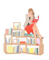 本棚の上に腰掛け本を読む女性 10402000384| 写真素材・ストックフォト・画像・イラスト素材|アマナイメージズ