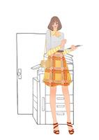 会社でコピー機の前に立ちタブレット端末を使う女性 10402000452  写真素材・ストックフォト・画像・イラスト素材 アマナイメージズ