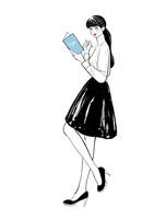 本とペンを持って立つ女性 10402000485| 写真素材・ストックフォト・画像・イラスト素材|アマナイメージズ