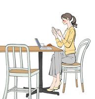 カフェでスマホやパソコンで仕事する女性 10402000528| 写真素材・ストックフォト・画像・イラスト素材|アマナイメージズ