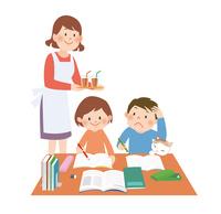 勉強をする子供にジュースを持ってきた母親 10471000216| 写真素材・ストックフォト・画像・イラスト素材|アマナイメージズ