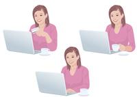 自宅でコーヒーを飲みながらネットで買い物をする女性 10688000052| 写真素材・ストックフォト・画像・イラスト素材|アマナイメージズ