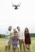 Family playing with drone together 11001066897| 写真素材・ストックフォト・画像・イラスト素材|アマナイメージズ
