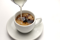 Close-up of pouring milk into a cup of coffee 11010045685| 写真素材・ストックフォト・画像・イラスト素材|アマナイメージズ
