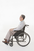 Senior man sitting on the wheel-chair and looking away with smile 11010049911| 写真素材・ストックフォト・画像・イラスト素材|アマナイメージズ