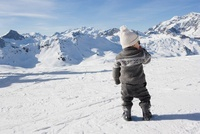 Young boy standing looking at mountains in snow 11015203312| 写真素材・ストックフォト・画像・イラスト素材|アマナイメージズ