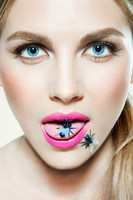 Young woman with plastic fly on tongue 11015207548| 写真素材・ストックフォト・画像・イラスト素材|アマナイメージズ