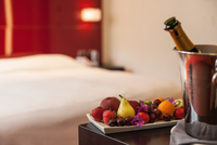 Fruit plate and champagne in hotel room 11015226147| 写真素材・ストックフォト・画像・イラスト素材|アマナイメージズ