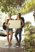 Two female backpackers with blank board, Cape Town, South Africa 11015237456| 写真素材・ストックフォト・画像・イラスト素材|アマナイメージズ
