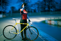 Young female cyclist drinking from water bottle at velodrome track 11015243651| 写真素材・ストックフォト・画像・イラスト素材|アマナイメージズ