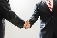 Cropped shot of male business lawyers shaking hands in office 11015246338| 写真素材・ストックフォト・画像・イラスト素材|アマナイメージズ