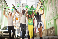 Students celebrating with Brazilian flags in the street, Rio de Janeiro, Brazil 11015249218| 写真素材・ストックフォト・画像・イラスト素材|アマナイメージズ